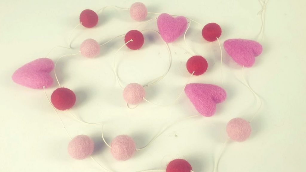 How to make felt balls heart garland for Christmas and valentine
